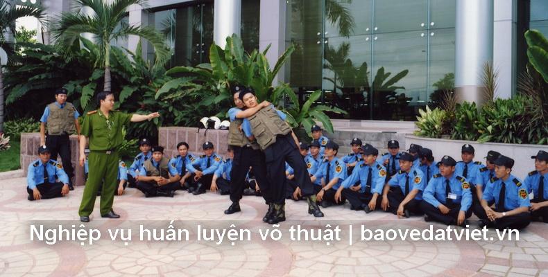 Một buổi huấn luyện võ thuật của công ty