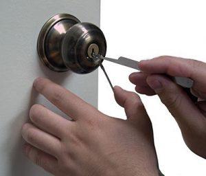 trộm phá khóa cửa vào nhà